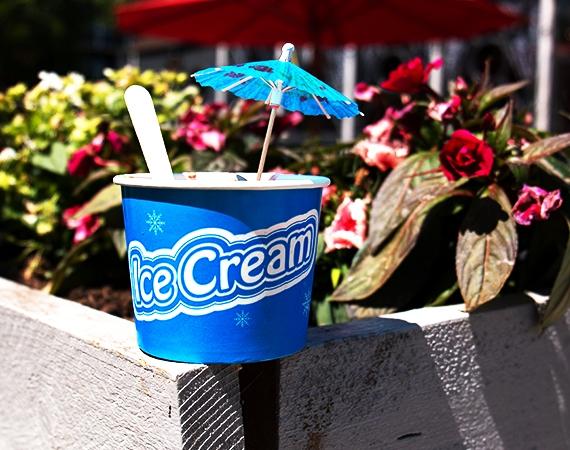 Célébrez l'été avec nos gobelets à glace aux couleurs vives!